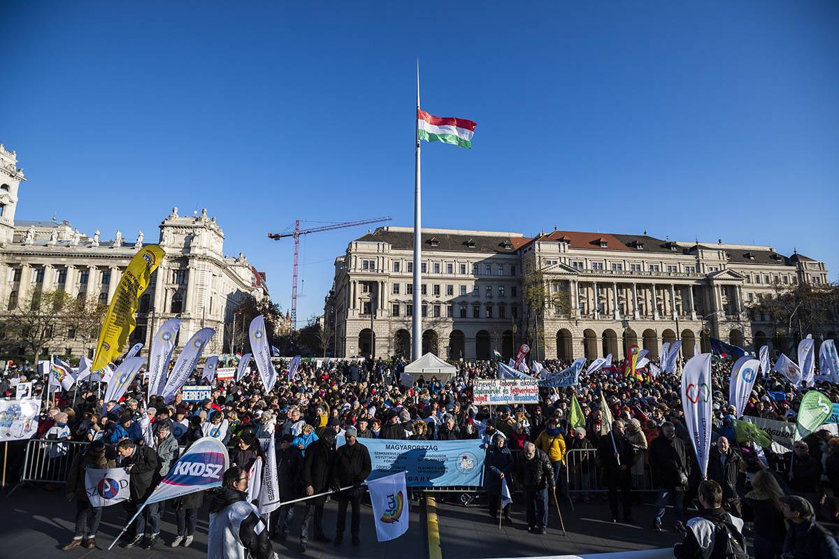 Béremelésért és a munkaterhek csökkentéséért demonstráltak pedagógusok Budapesten