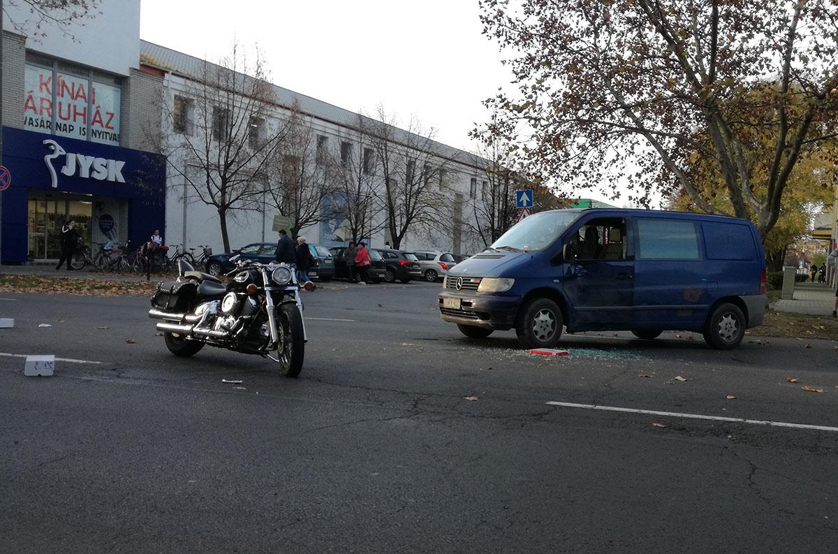 Motorkerékpár és furgon ütközött Békéscsabán