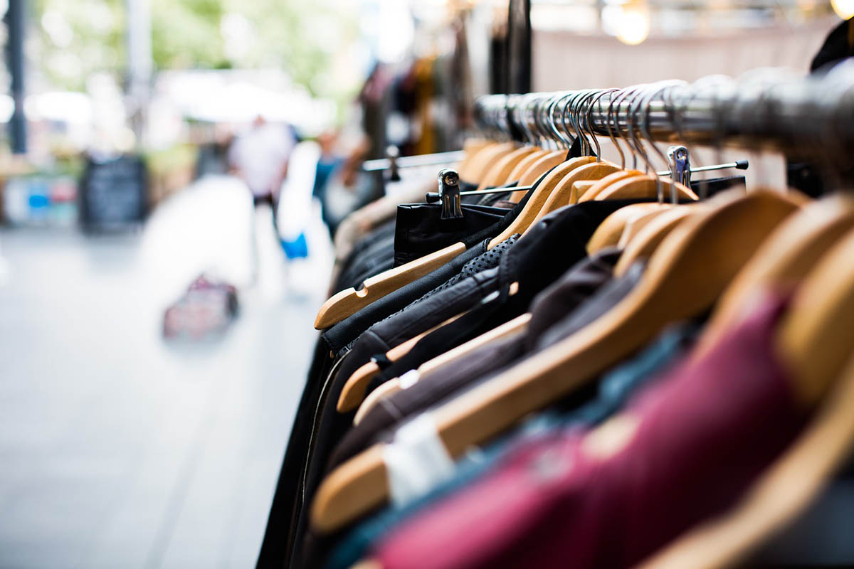 Kevésbé szigorúan ítélik meg a fogyasztók a hamis termékek árusítását egy felmérés szerint