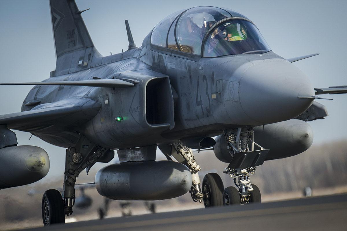 Visszatértek a megújult kecskeméti légi bázisra a Gripenek