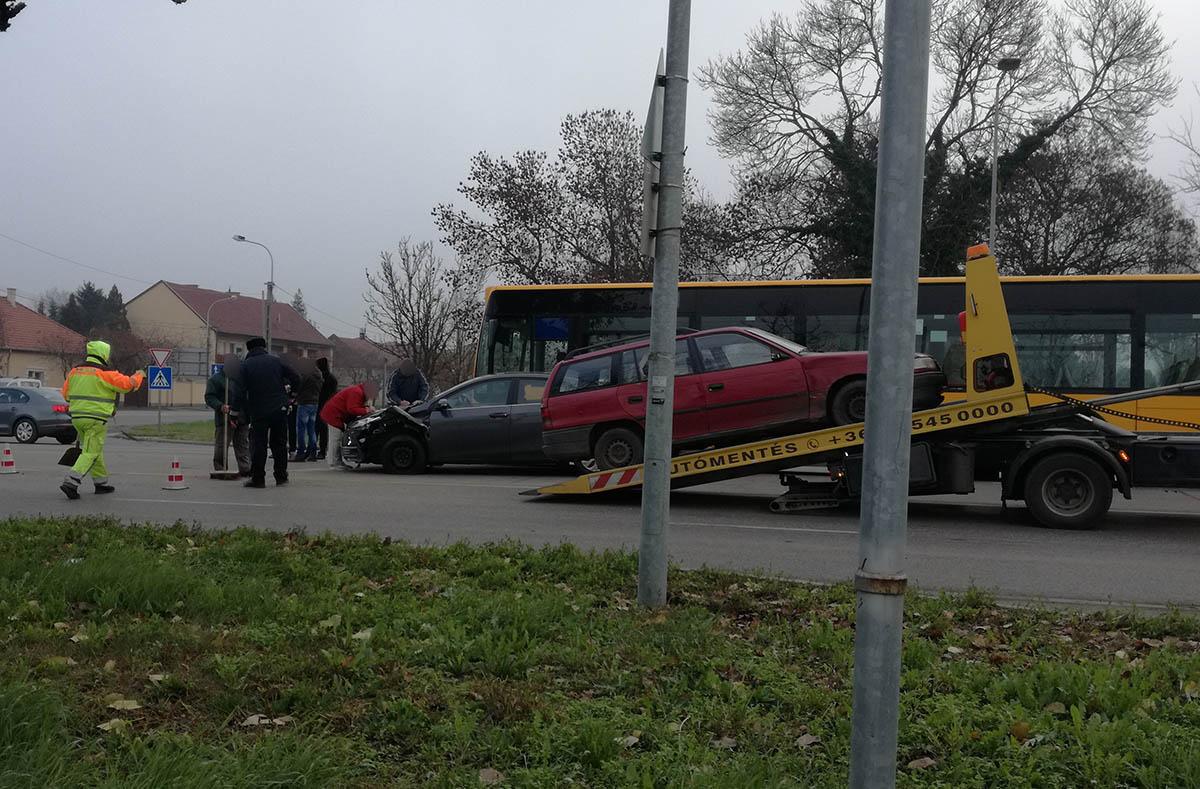 Négy jármű ütközött Békéscsabán