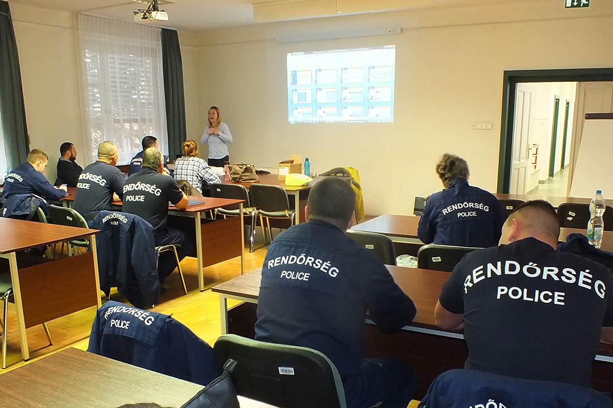 Hatvan Békés megyei rendőr vesz részt elsősegélynyújtó tanfolyamon