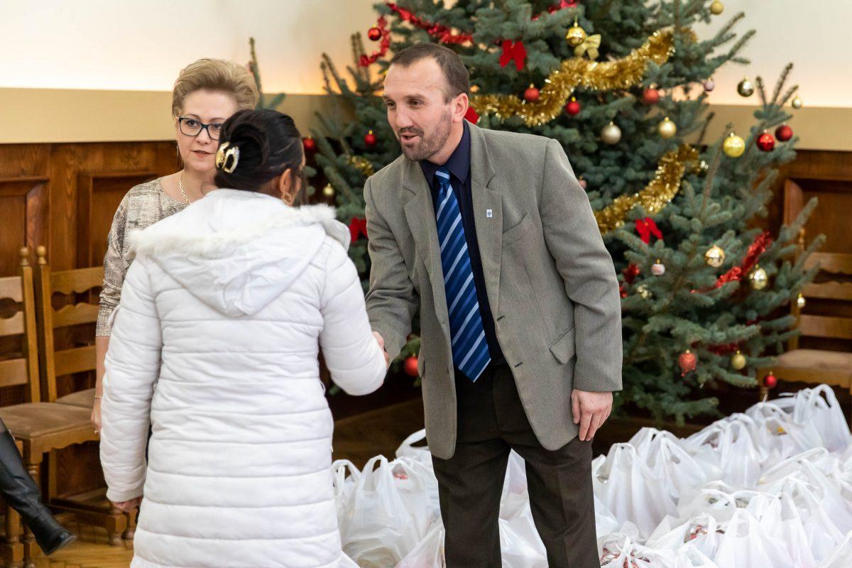 150 karácsonyi csomagot osztottak ki Békésen
