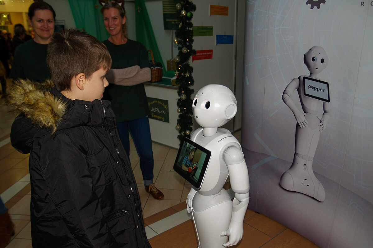 Pepper, a beszélő robot fogadta a pályaorientációs napra érkezőket