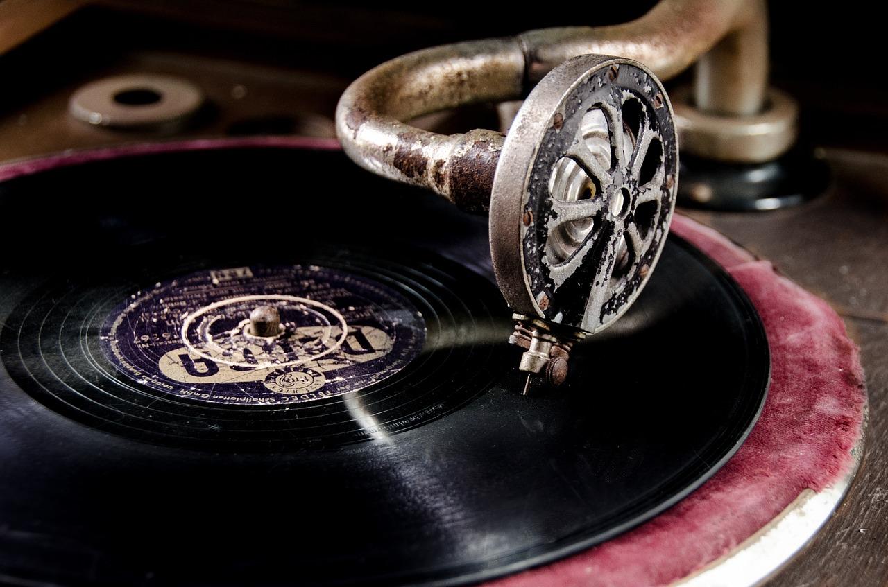 Hallgasson karácsonyi dalokat gramofonfelvételről!