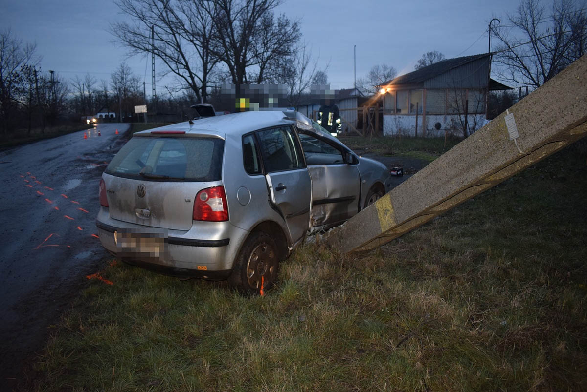 Ittasan vezetett, majd autójával villanyoszlopnak ütközött