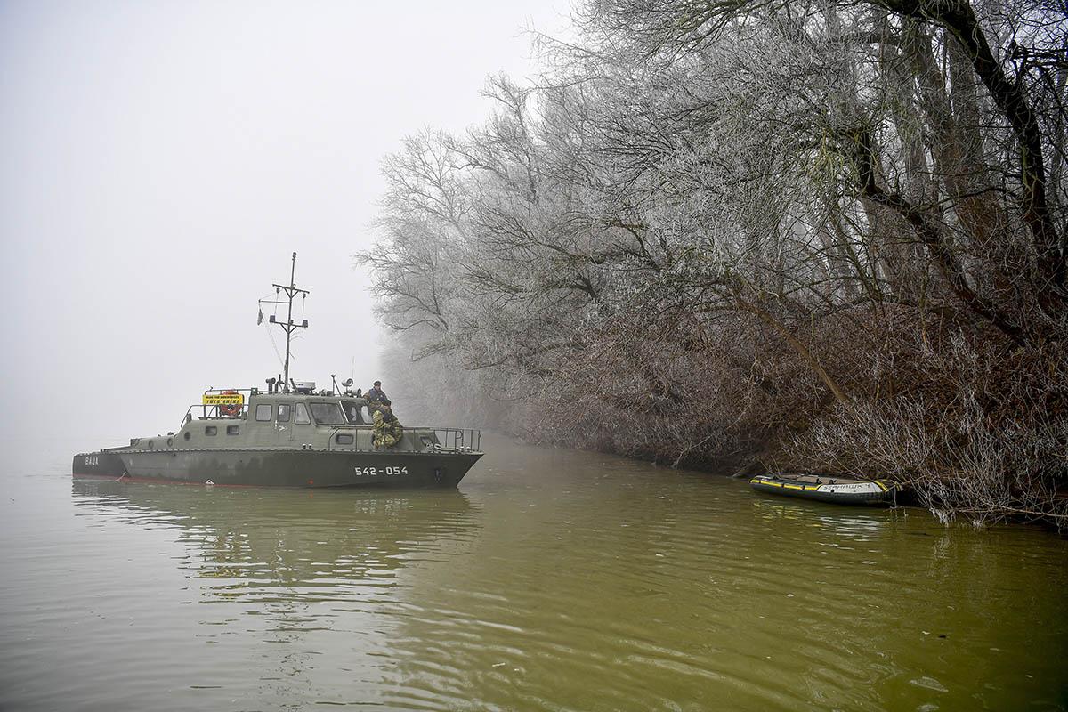 Honvédségi járőrhajóval keresik a menekülteket a Tiszán