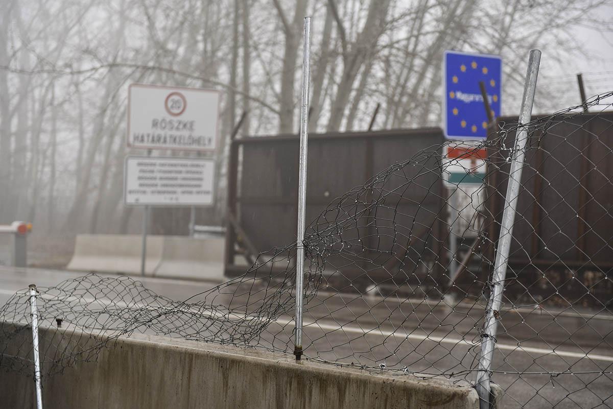 Egy év börtönre ítélték a röszkei átkelőnél elfogott migránsokat