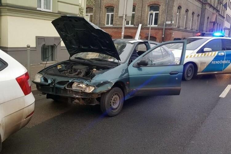 Viseltes autóval menekült a 23 éves győri férfi a rendőrök elől