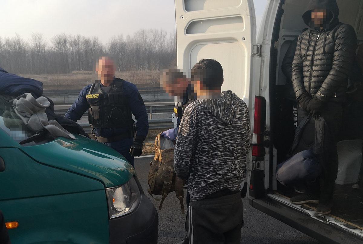 Embercsempészéssel gyanúsítható román állampolgárokat fogtak el a Békés megyei rendőrök