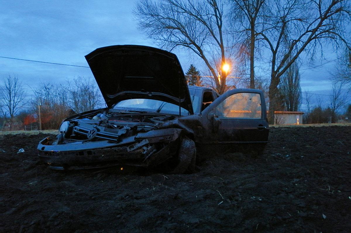 Szántóföldre sodródott egy gépkocsi Békéscsaba közelében