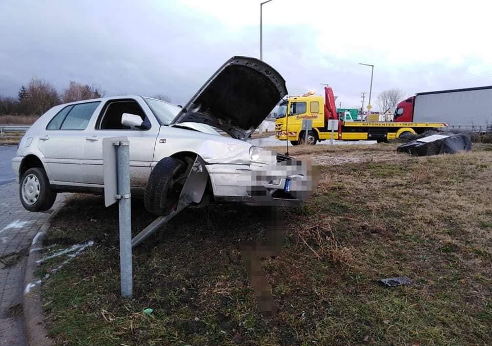 Megpróbálta kiegyenesíteni a körforgalmat egy autós Gyulán