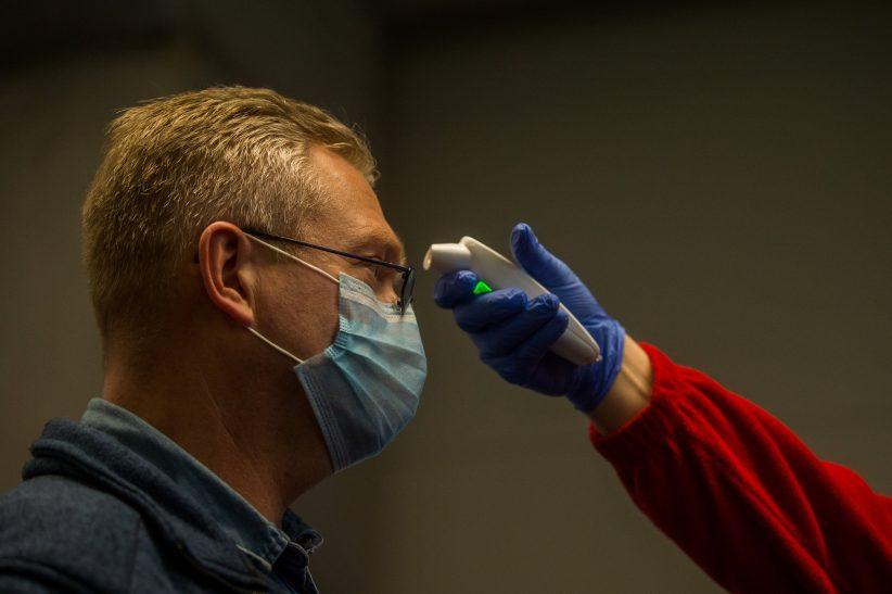 fertőzöttek, koronavírus, repülőtér