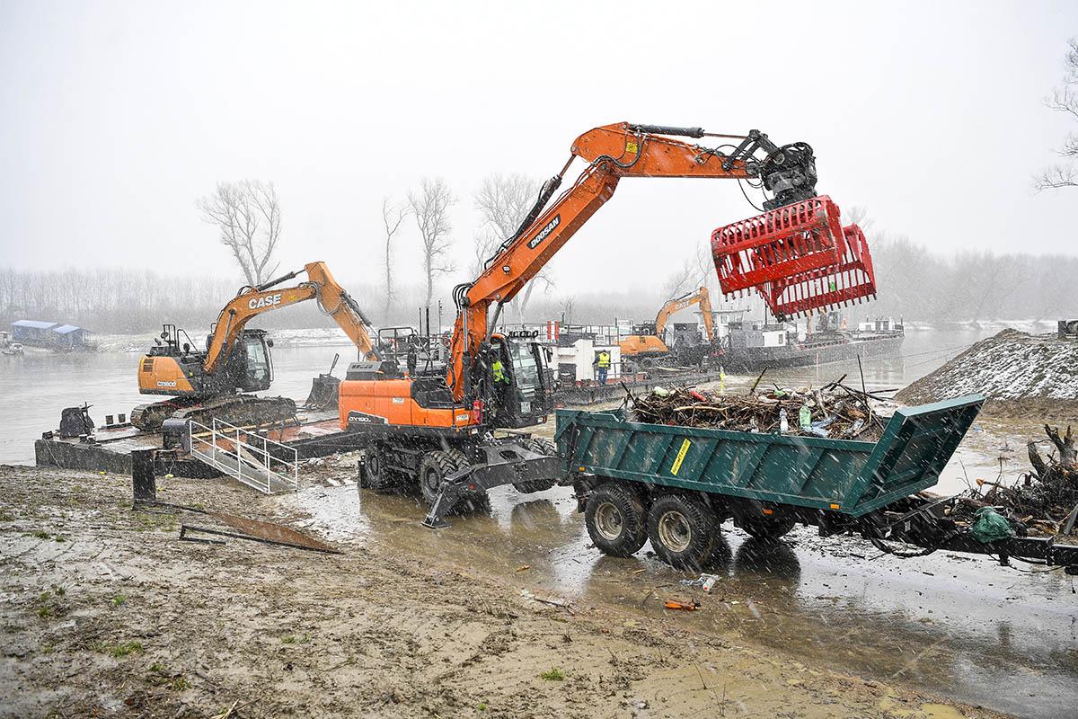 Árad a Felső-Tisza, egyre több hulladék érkezik Ukrajnából