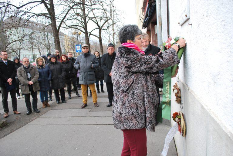 Megemlékezés és koszorúzás Perlrott Csaba Vilmos emléktáblájánál