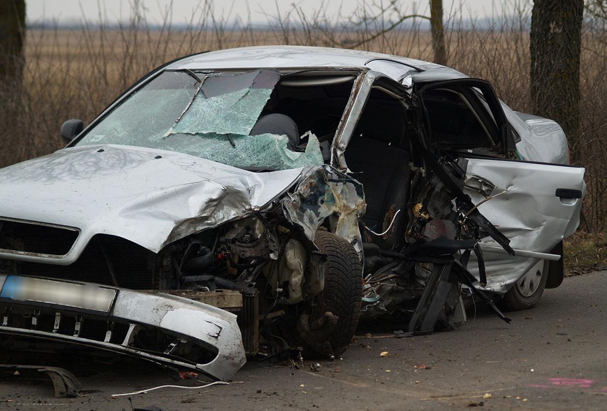 Fának ütközött egy autó Vésztő közelében