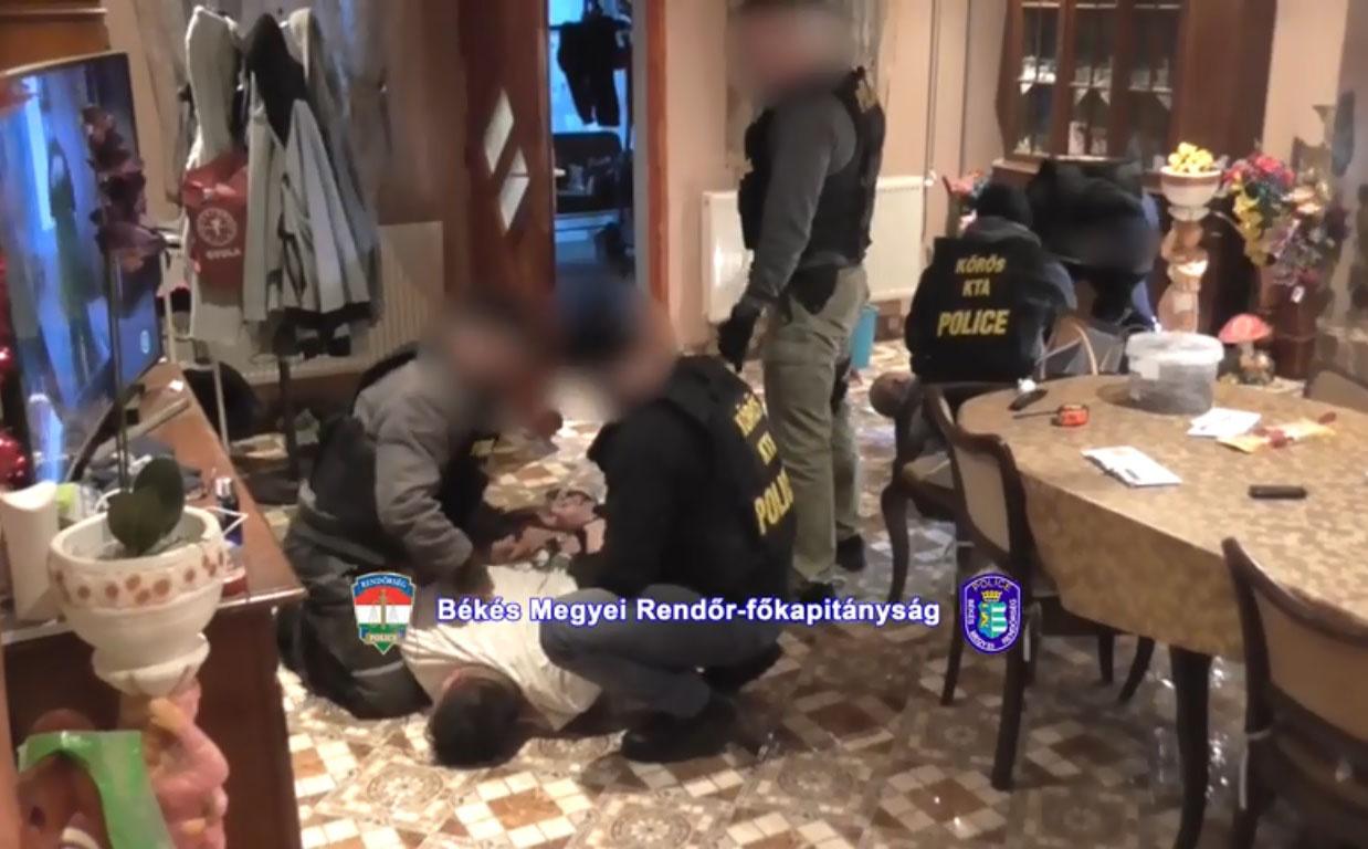 Kábítószerrel kereskedhetett egy lőkösházi család, a rendőrök elfogták őket