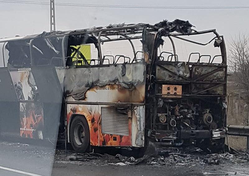 Kigyulladt és leégett egy busz az M0-son (VIDEÓ)