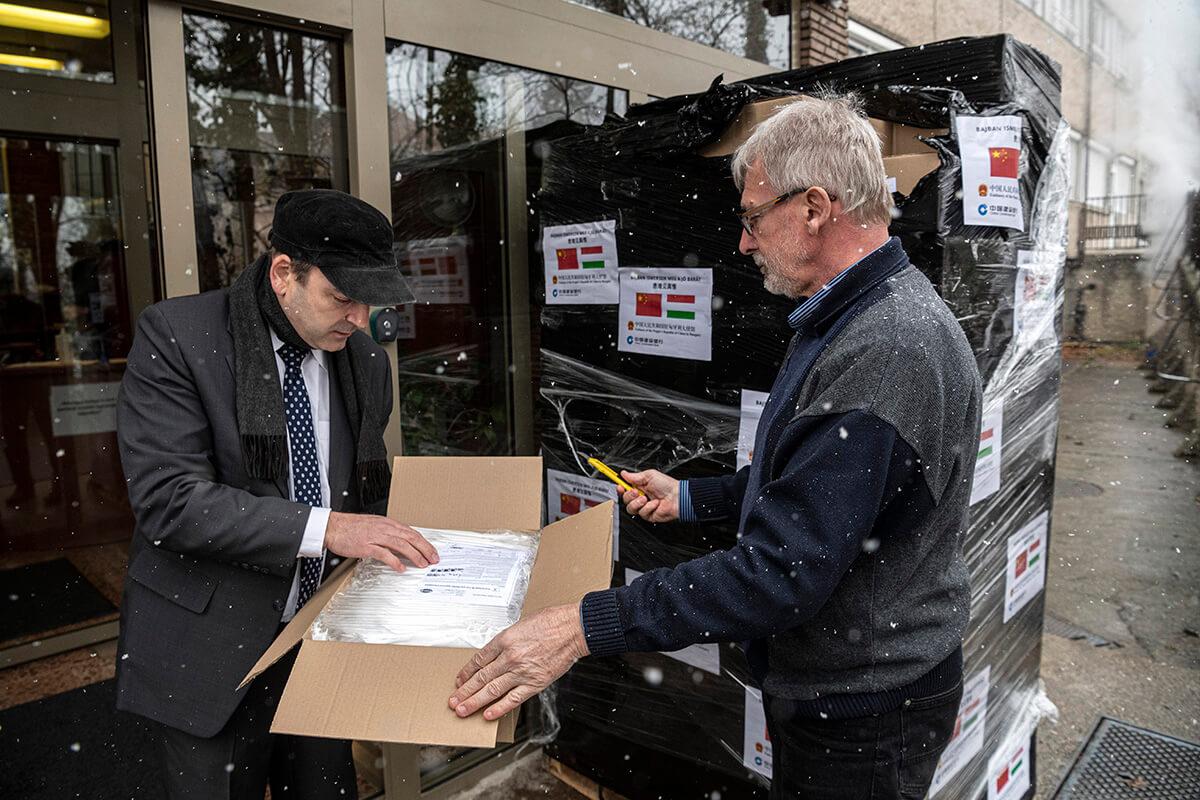 Védőmaszkokat ajándékozott egy kínai bank Magyarországnak