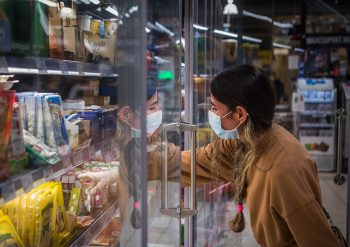 Ukrajnában, bolt, koronavírus, maszk