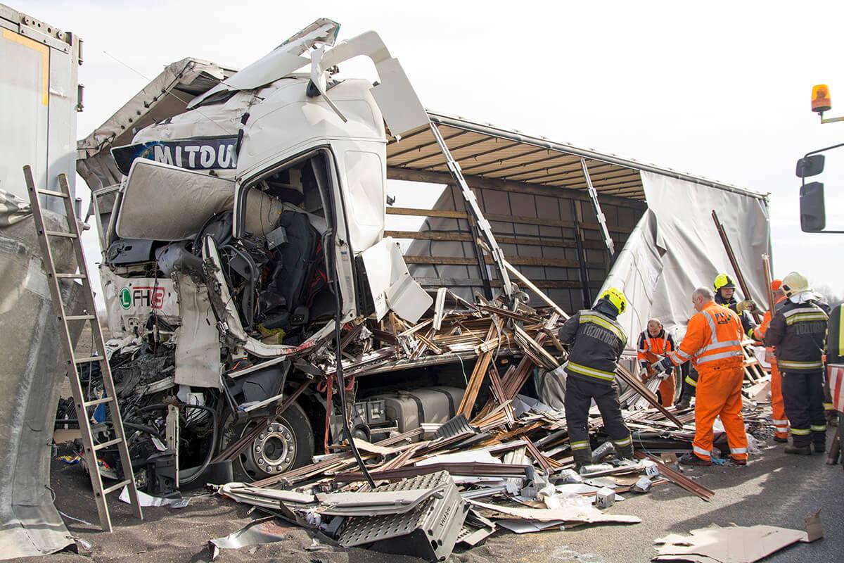 Négy kamion ütközött Mosonmagyaróvárnál