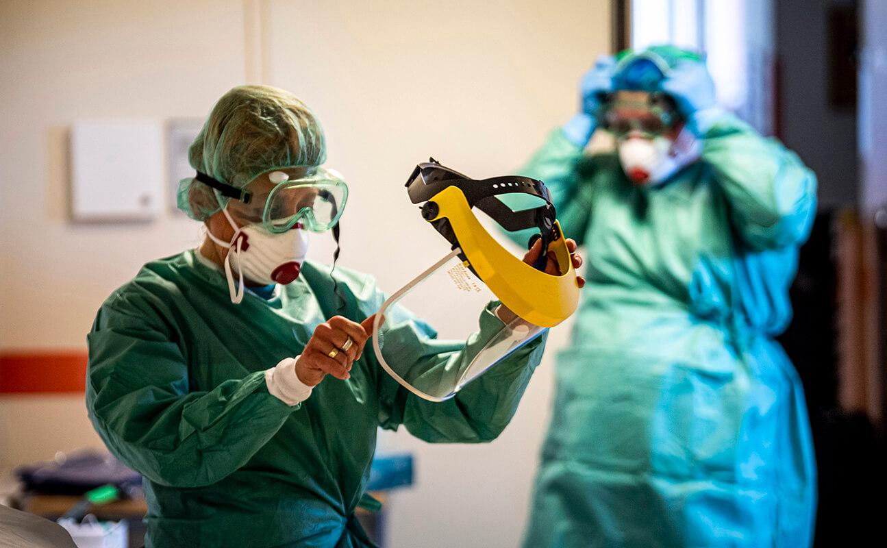 1176 új fertőzött 24 óra alatt, 913 főre emelkedett az elhunytak száma