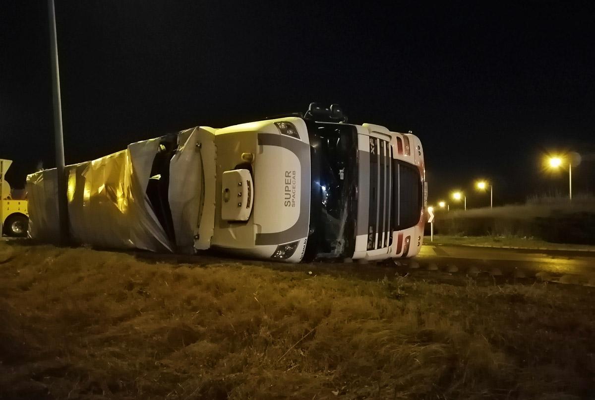 Oldalára borult egy kamion Békéscsabán