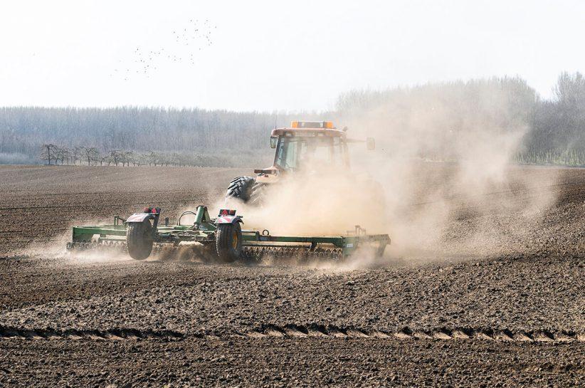 tavaszi, Kombinátorral készítik elő a talajt a vetéshez, mezőgazdaság, munka