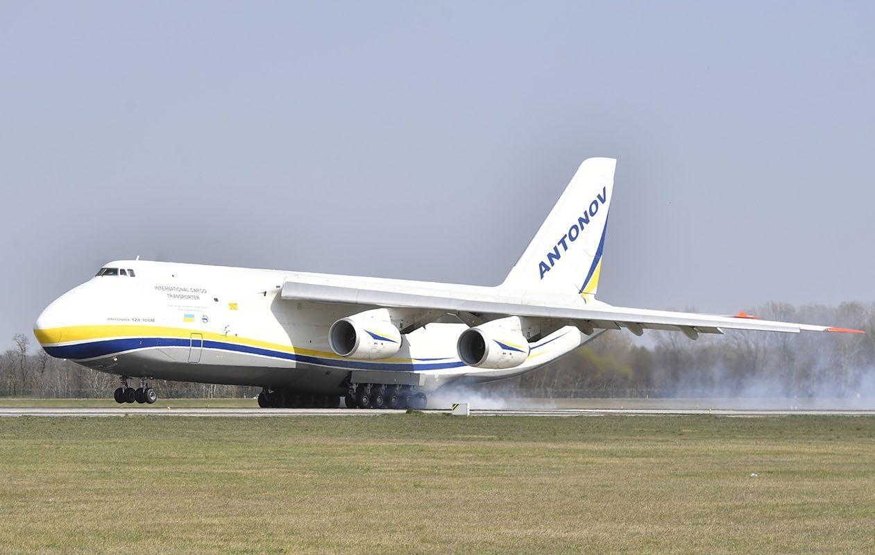 A világ legnagyobb teherszállító repülőgépével érkeztek a védőeszközök Magyarországra
