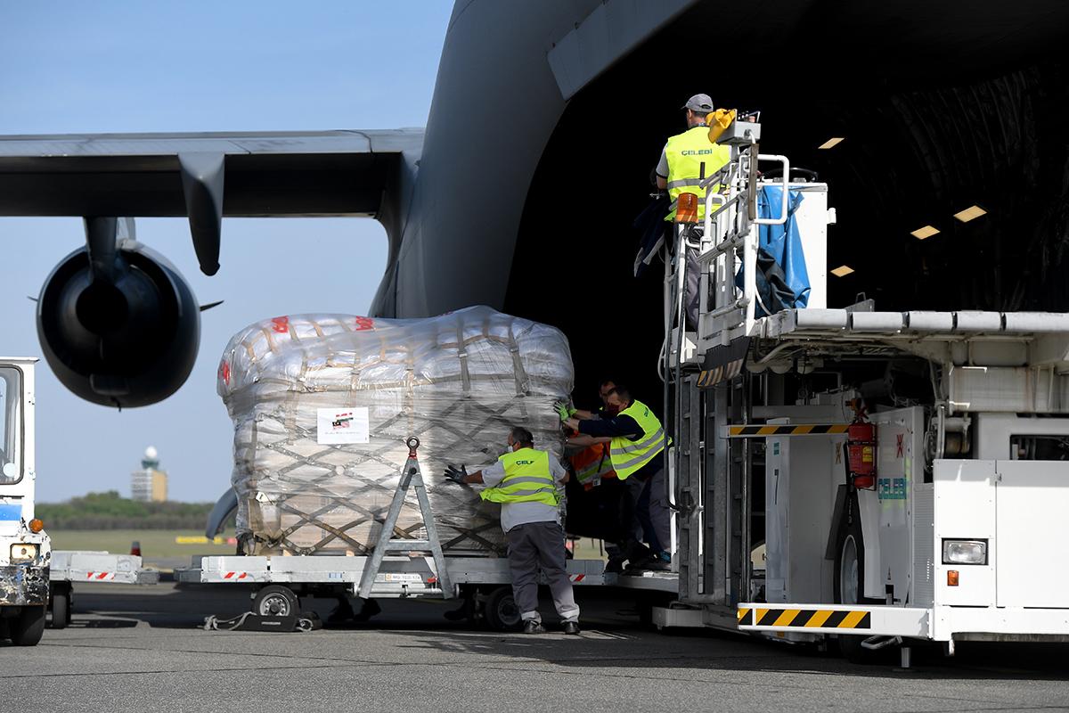 Újabb négy repülőgép hozott védőfelszerelést Magyarországra