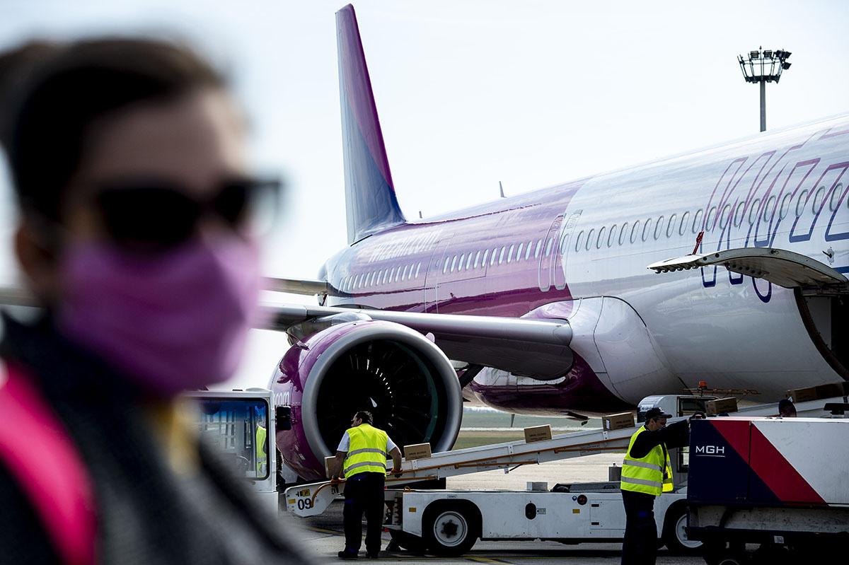 Operatív törzs: hét repülőgéppel érkeznek védőfelszerelések hétfőn