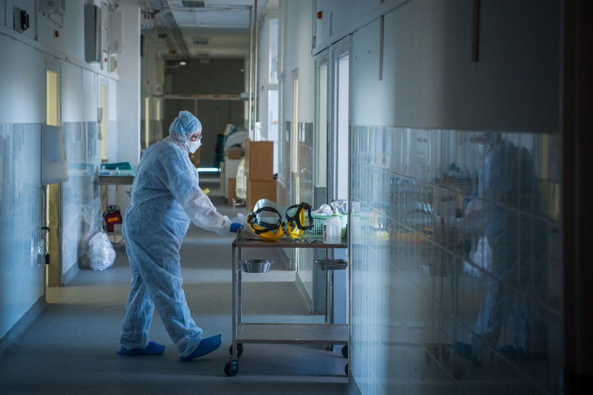 A világban 31,7 millió a regisztrált fertőzöttek száma, az elhunytaké meghaladta a 975 ezret