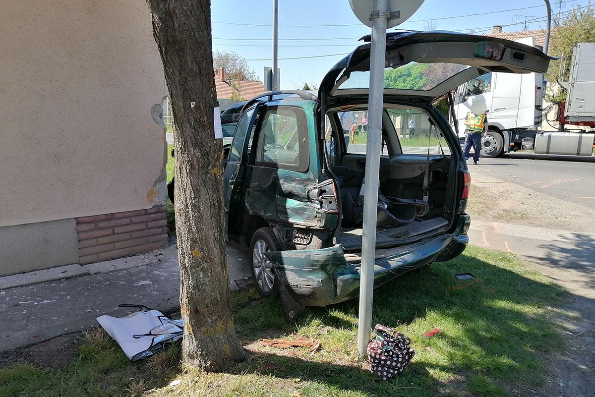 Összeütközött egy személygépkocsi és egy teherautó Békéscsabán