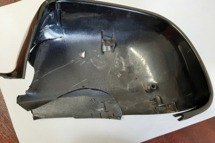 Egy összetört tükörhátlap alapján azonosították az ütköző autóst