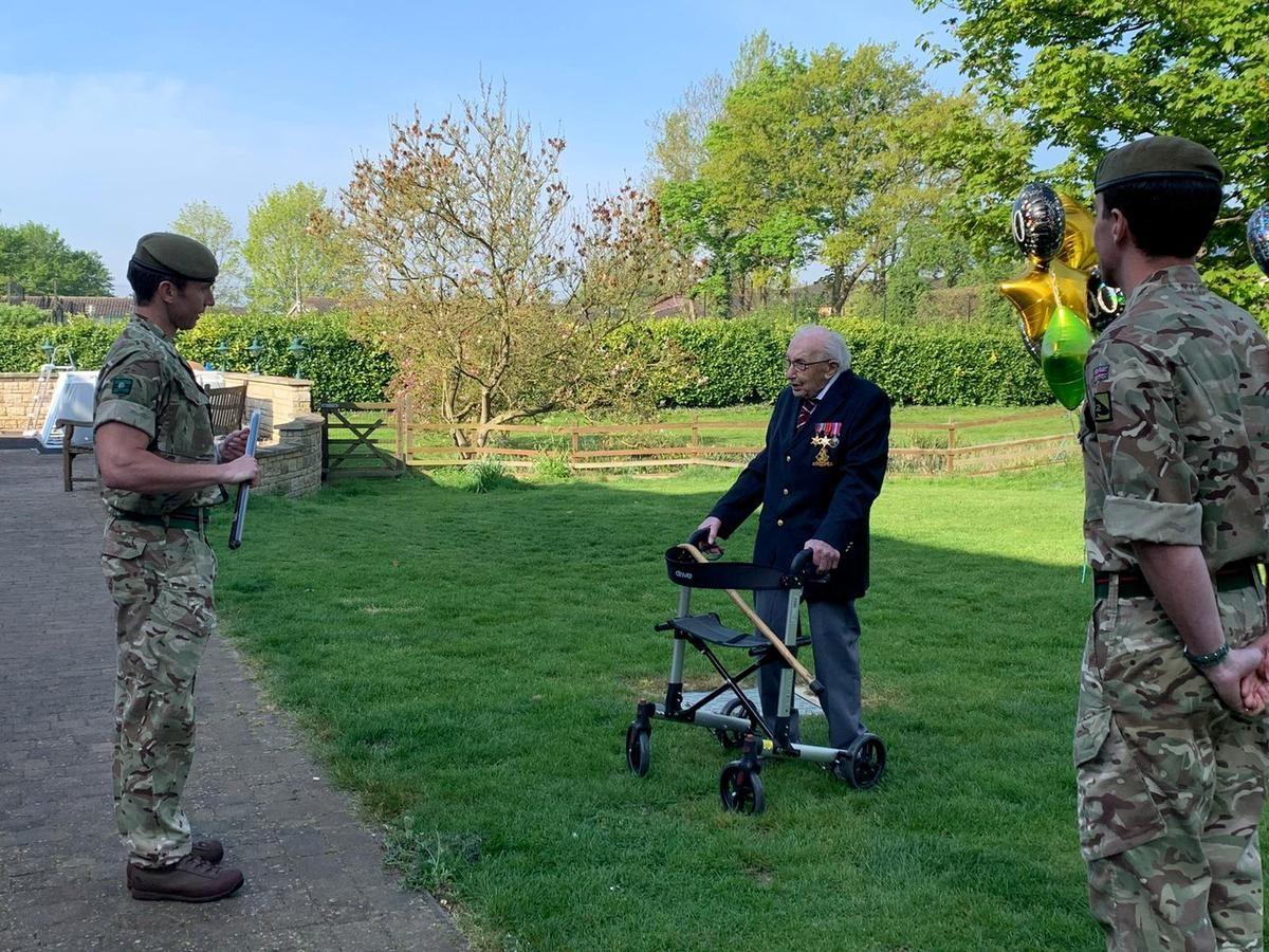 Több mint 25 millió fontot gyűjtött a brit egészségügy számára egy 100 éves veterán