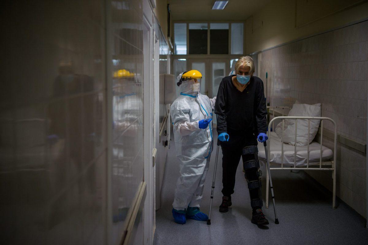 A világban 29 millióhoz közelít a fertőzöttek száma, a halottaké meghaladta a 920 ezret