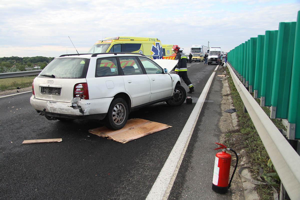 Elsodort egy embert egy szalagkorlátnak csapódott autó Székesfehérvárnál