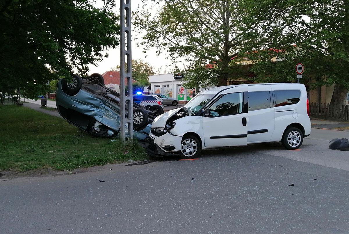 Összeütközött két autó Békéscsabán, az egyik jármű felborult