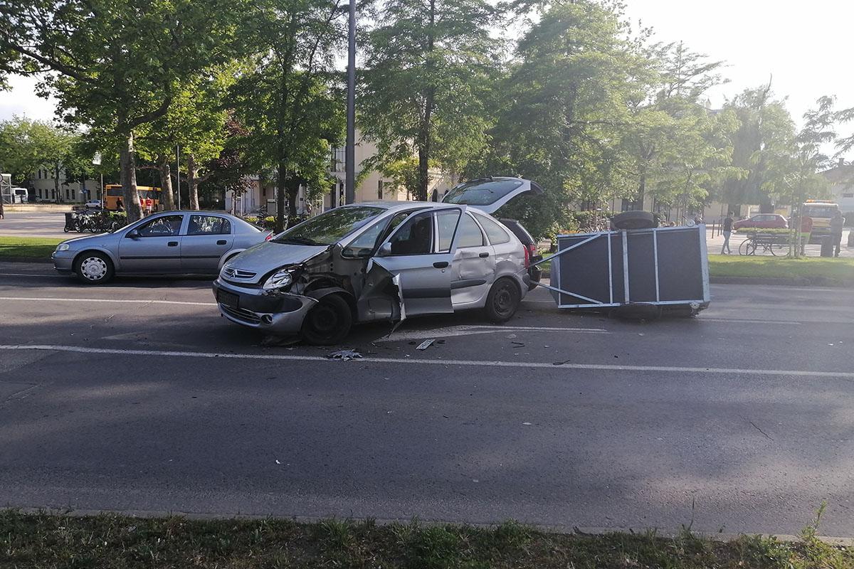 Teherautó és két személygépkocsi karambolozott Békéscsabán