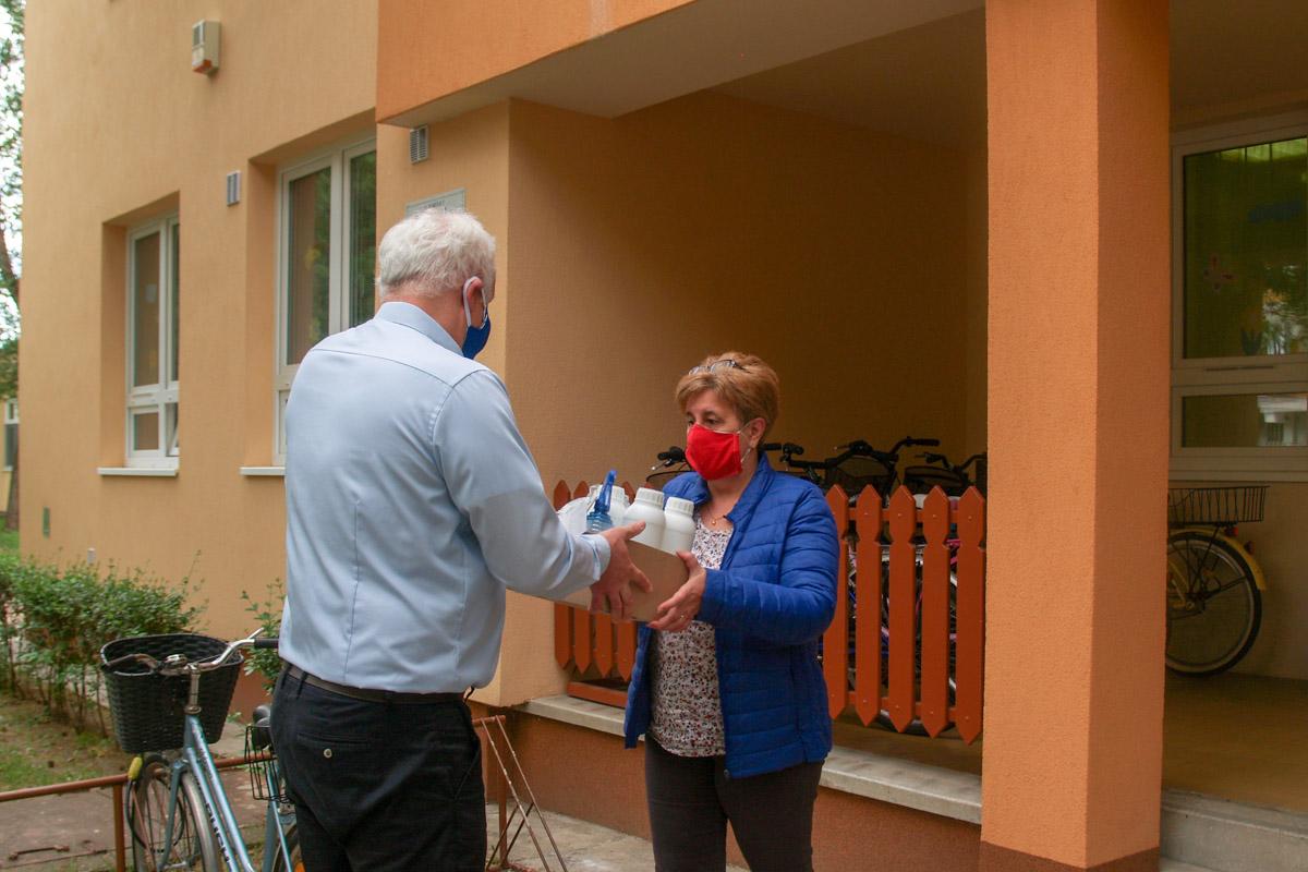 Újabb csabai intézményeknek adományozott védőeszközöket Herczeg Tamás