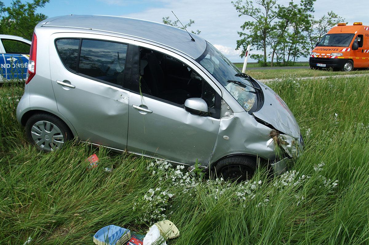 Felborult egy autó a 44-es főúton, Kondoros közelében