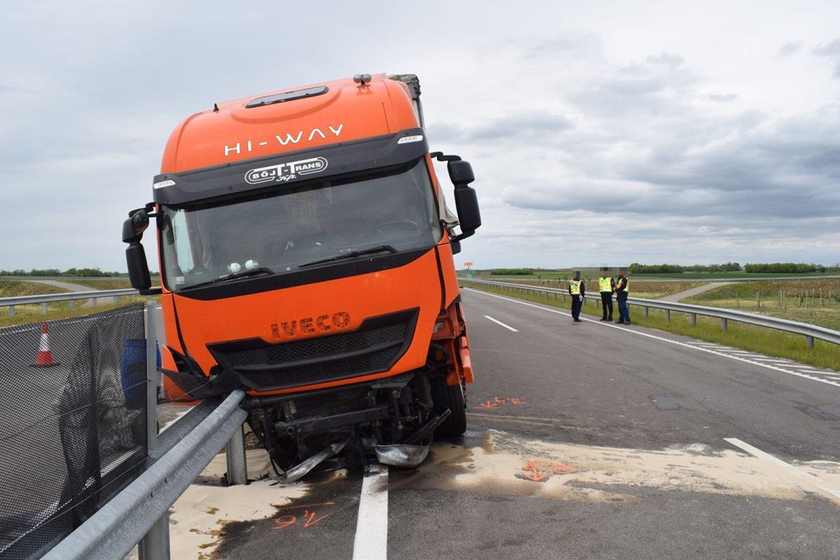 Szalagkorlátnak ütközött egy kamion Kondoros külterületén