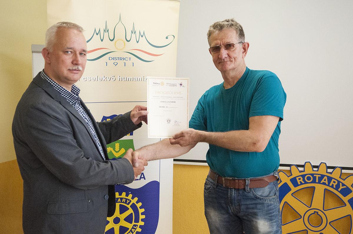Járást segítő eszközt adott a Rotary egy orosházi túlélőnek