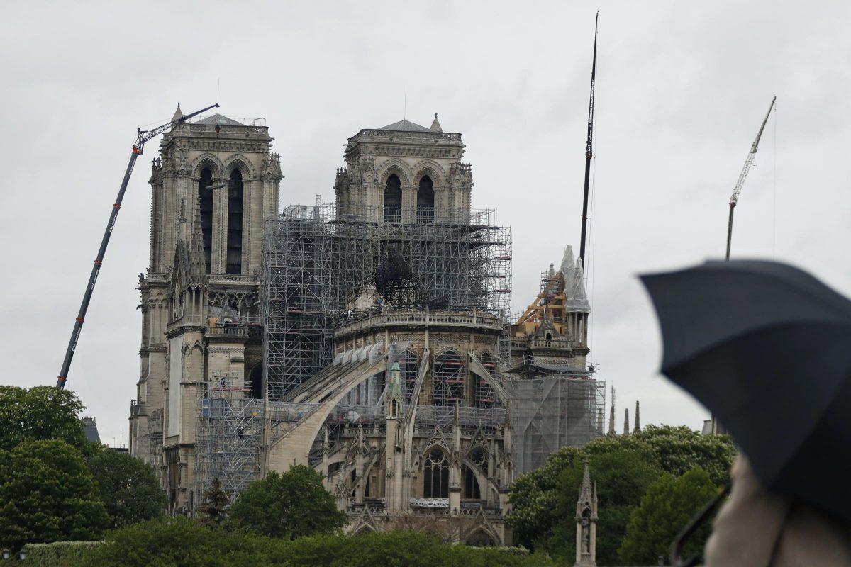 Macron engedélyezte az eredeti formában történő helyreállítást a Notre-Dame székesegyházon