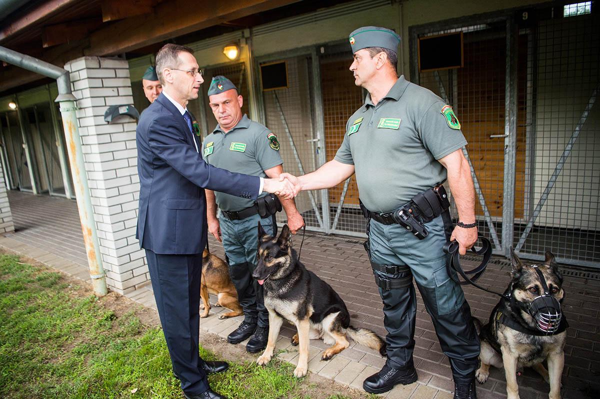 Több száz millió forint értékű piaci árut foglalt le a NAV a felderítő kutyák segítségével