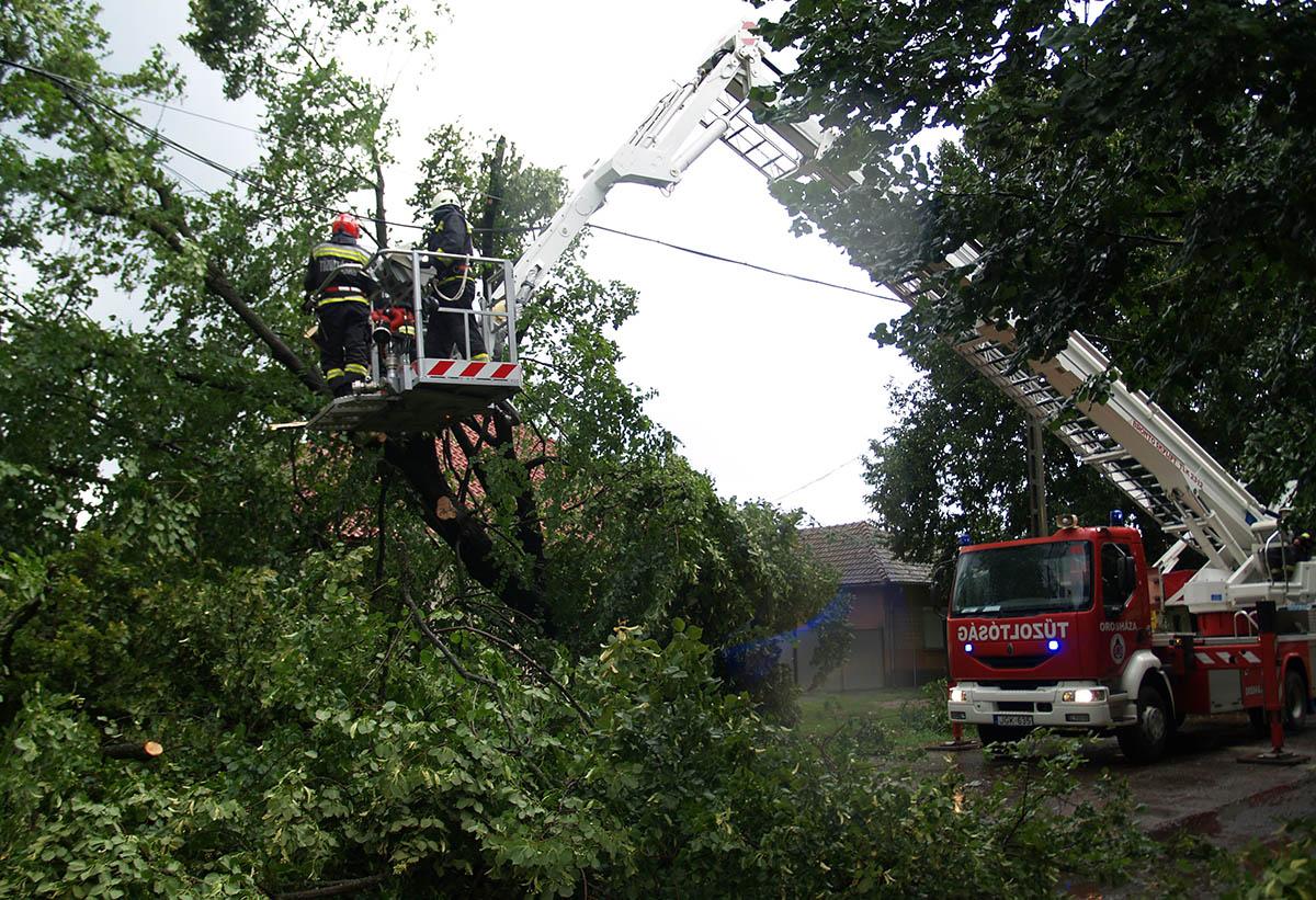 Beszakadt tetőszerkezet, megrongálódott kerítés, kidőlt fák Gerendáson