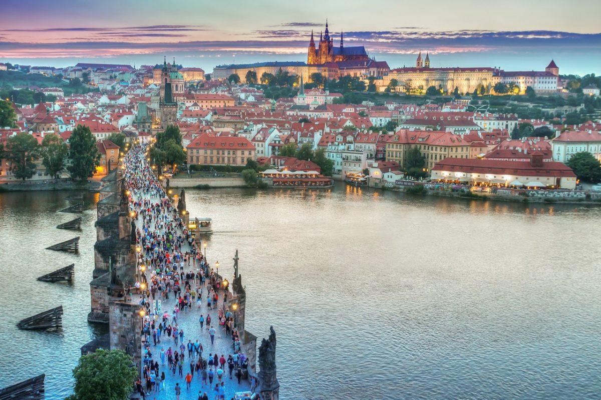 A csehek közös vacsorával a prágai Károly-hídon zárnák le a járványt