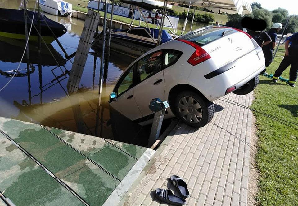 Vízbe csúszott egy autó Szanazugnál