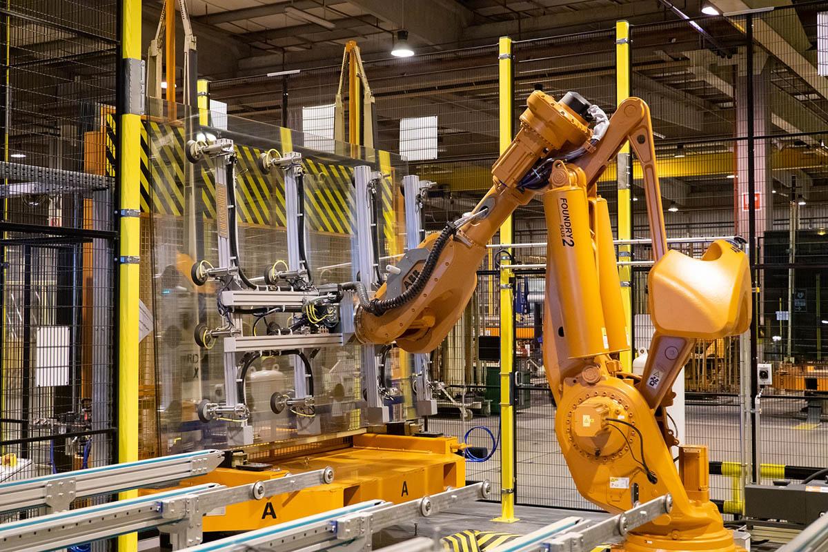 Hatalmas üvegtáblákat mozgat az ABB robotrendszere a Guardian Orosháza síküveggyárban