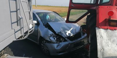 traktor és személyautó ütközött